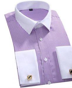 сиреневая рубашка с былым воротником, которую можно сочетать со стильным и привлекательным мужским костюмом угольного цвета «Гарно».